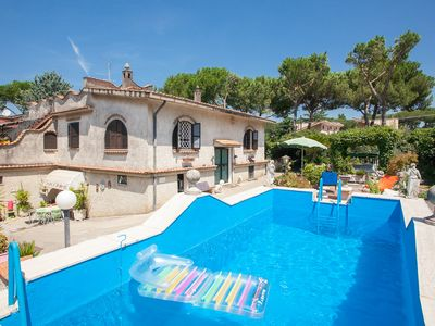 Photo for Spacious apartment in a villa with swimming pool in Rome
