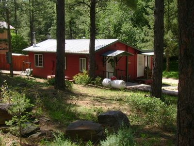 Photo for Cozy cabin, nice large party area, horse shoe pit, Se habla español