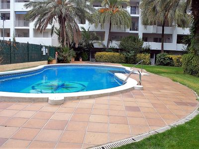 Photo for Apartment well equipped, air conditioned building with large garden and swimming pool, loc