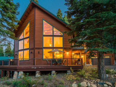 Photo for Spacious home with fireplaces, amenities, slopes nearby: Northwoods Hideaway