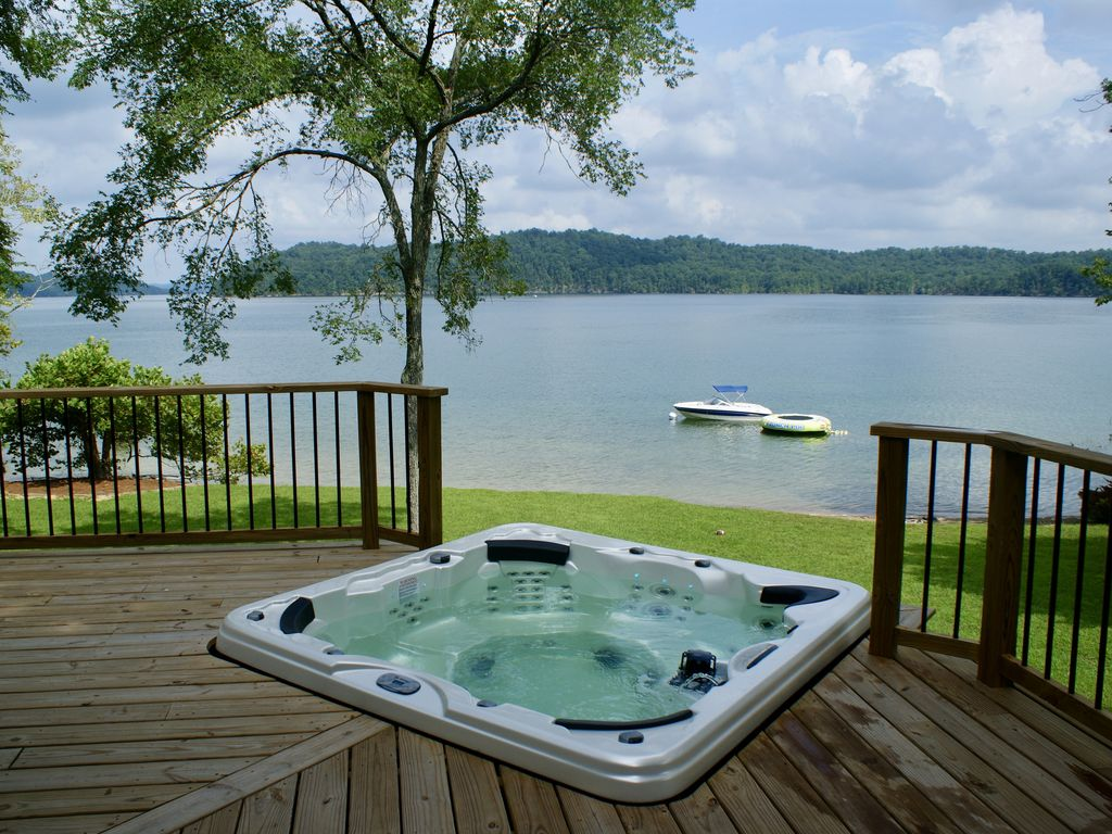 Attirant Relax In The Hot Tub While Enjoying The Great Lake View.