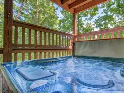 Luxuriate in Around the Bend's hot tub - There's no better cure for tired muscles after a day of skiing, hiking, or biking than a rejuvenating soak in a hot tub—especially when the tub is out in the fresh air surrounded by towering trees.