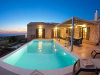 Immaculate property, stunning view and great location. What more could you want?