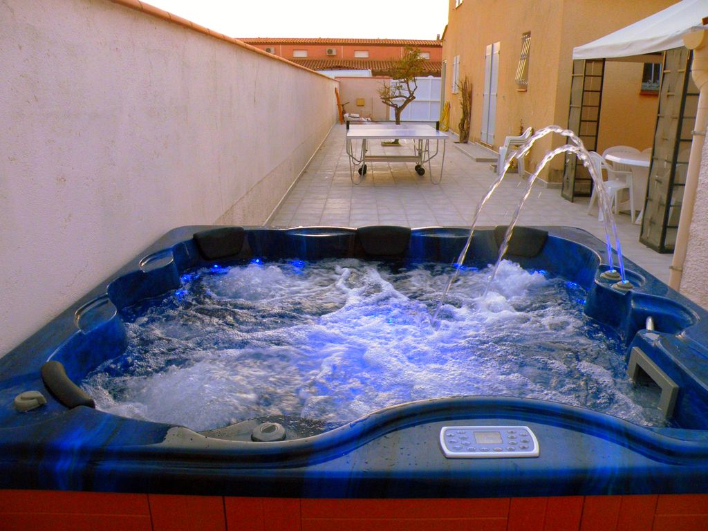 Villa with jacuzzi 6 places 200 m from the vrbo for Jacuzzi exterieur 6 places