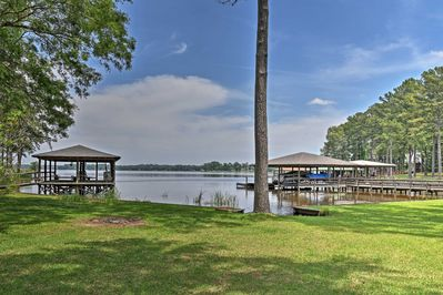This 3-bed, 2-bath lakefront home offers accommodations for 8.