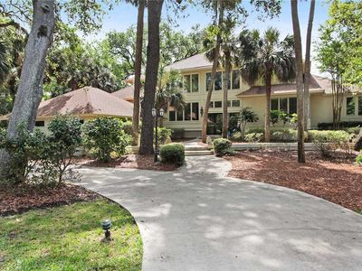 This bright and sunny home is located in the heart of Palmetto Dunes
