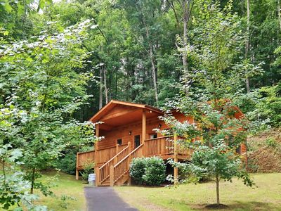 Private Cabin for Couples or Family, FREE Pool Access, Putt Putt, Fishing, Tennis, Golf, Basketball