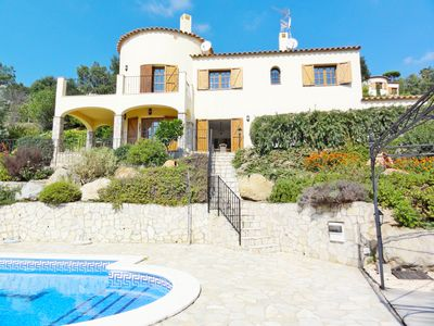 Photo for Spacious and bright house, private pool, close to the beach, free Wifi, 1H BCN.