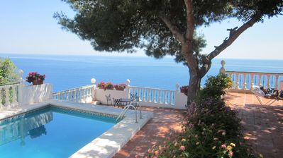 Photo for Beautiful, spacious villa with pool, stunning views over the bay.
