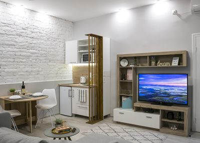 Open space living area, with full kitchen, dinning area, smart TV...