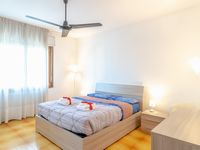 Large new apartment with easy bus ride to Venice, free parking
