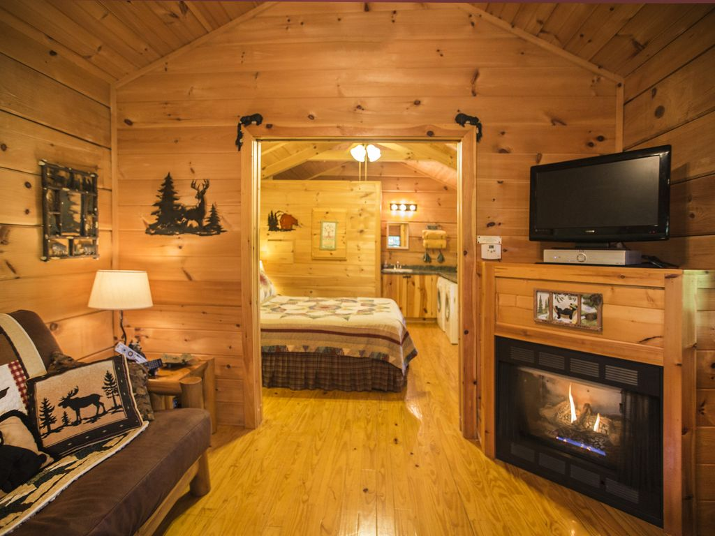 Hot Springs Log Cabins Hot Tub, Fireplace, & Grill! Cozy&Romantic ...