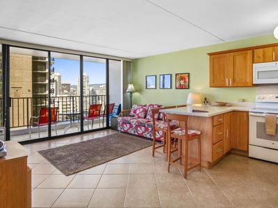 Darmic Waikiki Banyan: Deluxe Part Ocean View | 18th floor | 1 bdrm | FREE wifi and parking | AC | Quality amenities |Only 5 mins walk to the beach!
