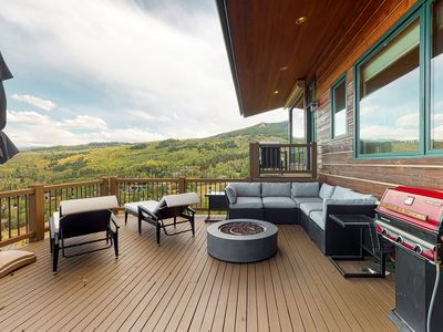 Gorgeous mountain mansion w/amazing views, private pool table- close to slopes!