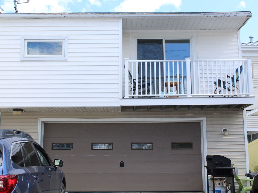 Above garage apt 2 bedroom 1bath sleeps 5 75 yds to for Above garage apartment for rent near me
