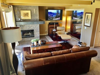Perfect for Couples or Friends, Walk to the Slopes. Modern!