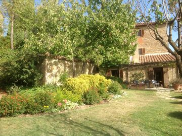 Peaceful old stone farmhouse: own salt pool & lovely garden  in tranquil hills.