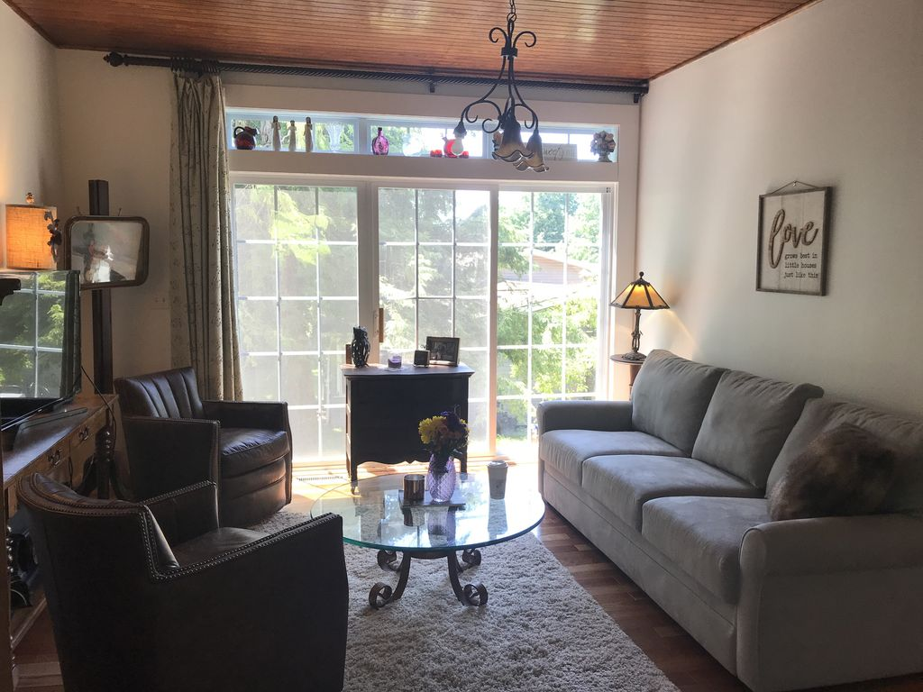 Carriage house tucked in private village. Walk to shops, river, and restaurants