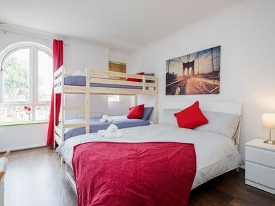 Photo for Fantastic Double room with bunk bed hosting up to 4 people - 10 minutes walking from Tower Bridge - (Private Bathroom)