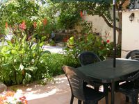 Lovely quiet place and patio, great location on the beach
