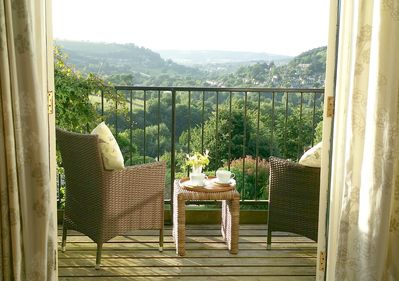 STUNNING VIEWS from stylish Hillcrest cottage