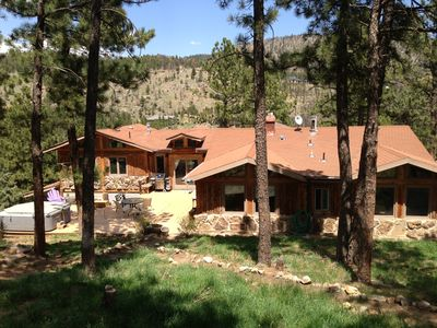 Rustically beautiful Sunshine House. Pine Trees, Views, Big Deck and hot tub!