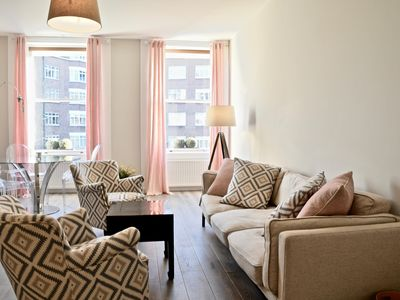 Photo for Spacious Kensington White apartment in Kensington & Chelsea with WiFi.