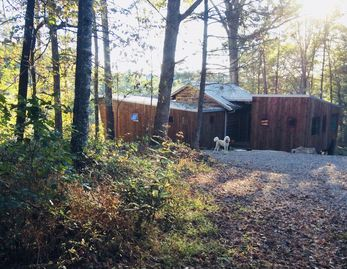 Peaceful mountain modern retreat cottage near Asheville, river view and access