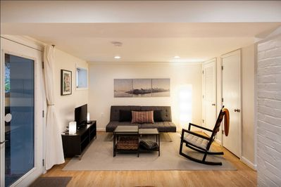 Spacious living room with cable TV & wifi