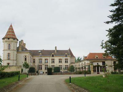 Photo for Apartment in a 15th century castle with swimming pool