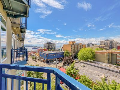 Photo for Downtown condo w/ gorgeous city views, shared hot tub, pool, and roof deck