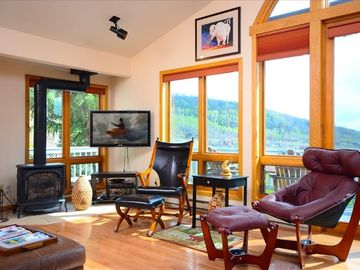 Amazing 40 Mile View! Beautiful Home, Private Hot Tub + Heated 2 Car Garage