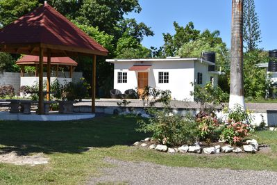 State of the art  Cottage with cable TV, Free WIFI, next to Spa hut,  beach