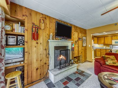 Photo for Beautiful condo w/shared pool & hot tub, walking distance to slopes
