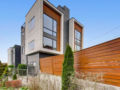 Photo for 3 Bed 2.5 Bath Chic West Seattle Oasis KILLER ROOFTOP VIEW! OPEN 4/12-19