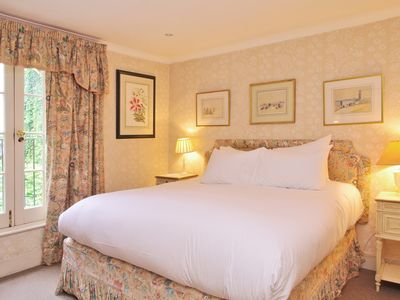 Photo for Traditional English Charm and a Super King Bed in Pimlico
