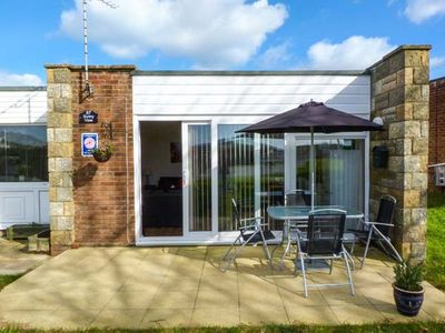 Photo for SUNNY VIEW, family friendly, with a garden in Freshwater, Ref 920020
