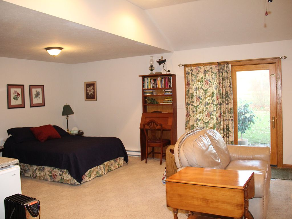 Beautiful Garden Apartment Easy Access to Akron, Cleveland, and Amish Country