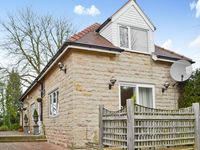 South Lawn Coach House provides comfortable accommodation in a peaceful location within a short walk