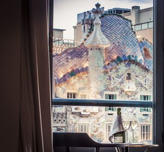 With a cup of cava in front of Gaudi´s masterpiece, Casa Batllo, in the evening.