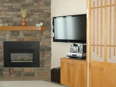 Living area w/gas fireplace & flat screen TV (cable / HBO and OnDemand)