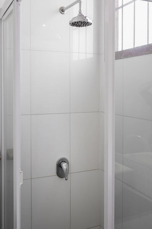 full bathroom with shower and washer bao completo con ducha