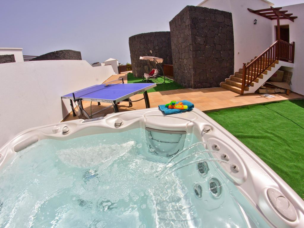 5 bedroom villa with heated pool in a prime location ... - 800316