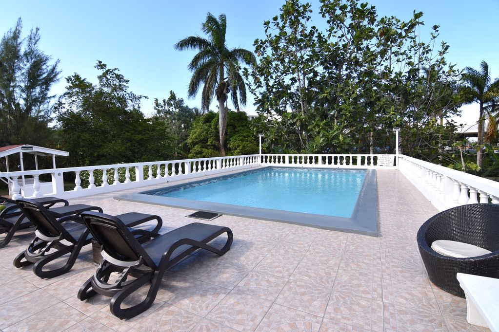 Spacious contemporary Studio Apartment with swimming pool 5 mins walk from  beach - Mammee Bay Estates