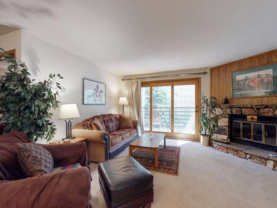 Photo for Conveniently located condo w/shared pool, hot tub - walk to slopes