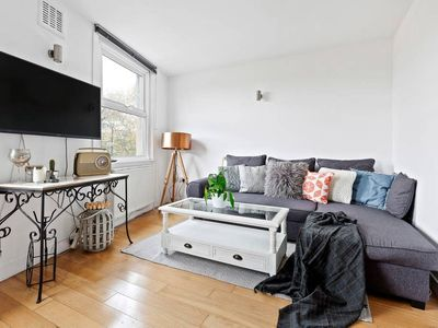Photo for Stylish 2 Bed Apt., Clapham Junction, 9 min to Stn