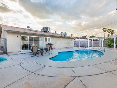 7 min from the strip with pool!