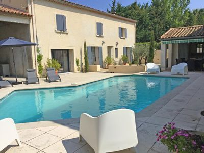 Photo for Pretty Provençal farmhouse with private pool, at the gateway to the Luberon and the Alpilles