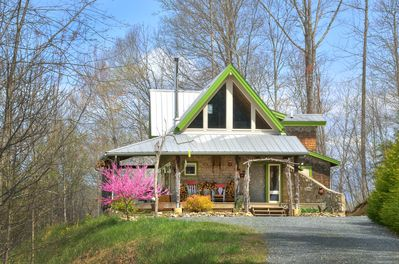 Our mountain top cabin. Come enjoy the beautiful VIEWS, garden + cover porch