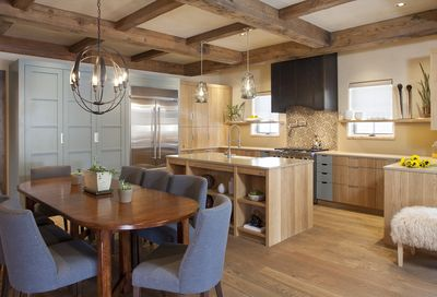 Gorgeous gourmet kitchen that is fully equipped.